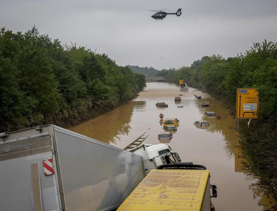 Thị trấn Erftstadt phía đông nước Đức vẫn chìm trong nước lũ. Ảnh: AP