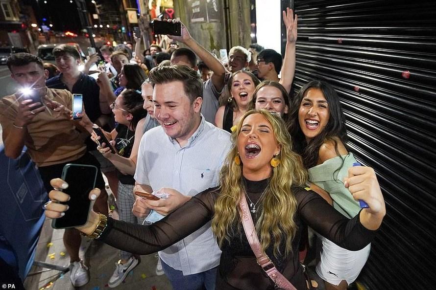 Người dân xếp hàng bên ngoài quán bar Fiber ở thành phố Leeds vào nửa đêm ngày 19/7. Ảnh: Daily Mail