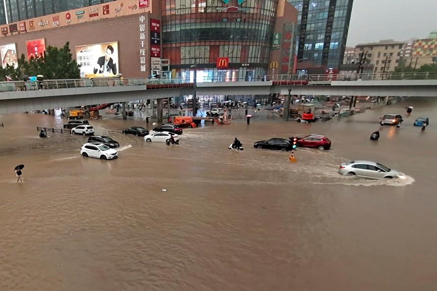 Thành phố Trịnh Châu chìm trong biển nước. Ảnh: AP