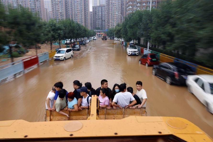 Xe tải, máy xúc giải cứu người dân Trung Quốc khỏi nước lũ