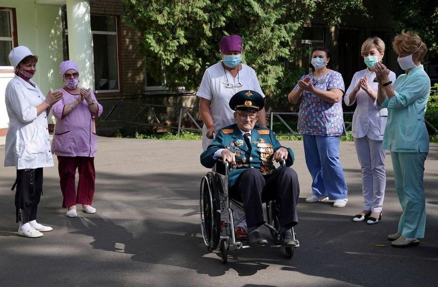Cựu chiến binh Nga 'đánh bại' COVID-19 ở tuổi 102
