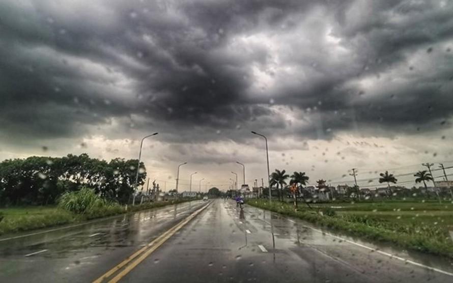 Áp thấp nhiệt đới gây mưa dông tại Trung Bộ