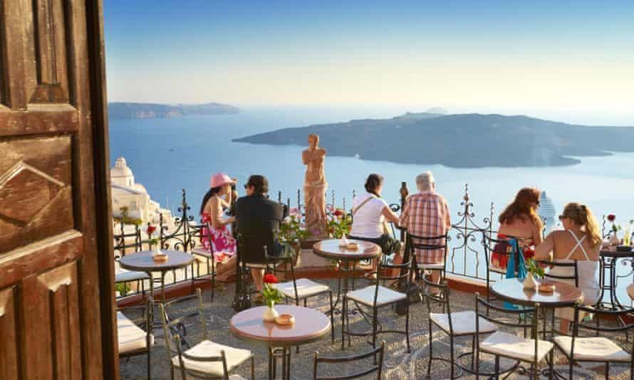 Các quán bar tại Hy Lạp hiện chỉ phục vụ những khách đã được tiêm chủng. Ảnh: The Guardian