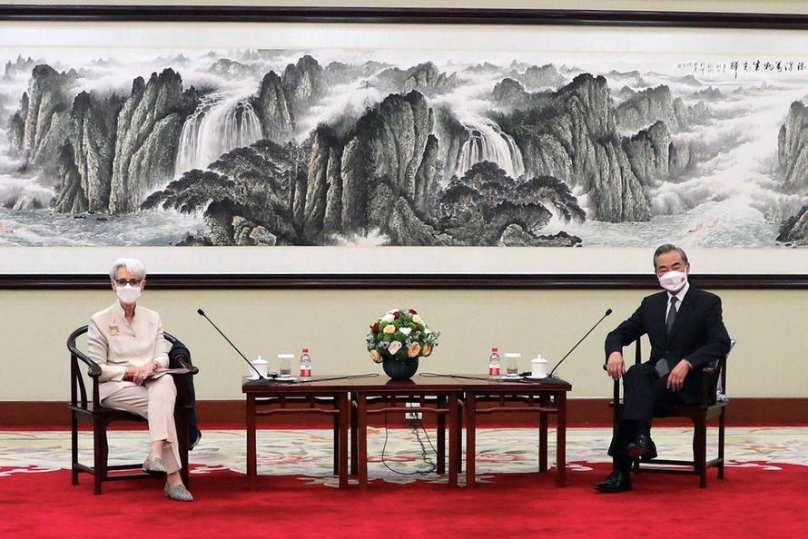 Ngoại trưởng Trung Quốc Vương Nghị tiếp đón Thứ trưởng Ngoại giao Mỹ Wendy Sherman. Ảnh: Reuters