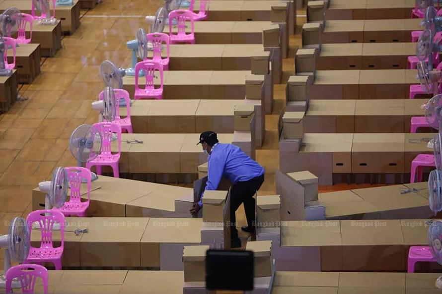 Một sân vận động ở quận Min Buri của Bangkok được chuyển thành bệnh viện dã chiến có quy mô 200 giường. Ảnh: Bangkok Post