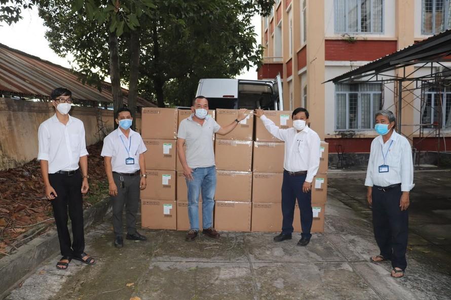 Sun Group trao tặng kit xét nghiệm Covid-19 cho CDC Tây Ninh.