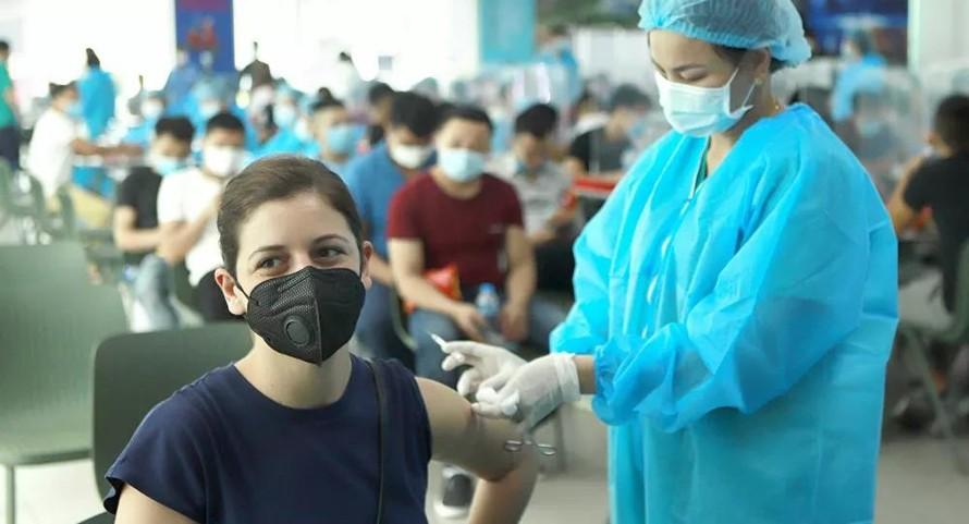 TP HCM tiêm vaccine cho người dân sau 18h