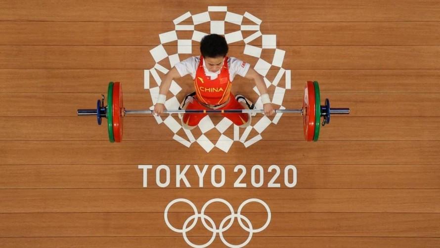 Hou Zhihui của đội tuyển cử tạ Trung Quốc đã giành HCV ở hạng cân 49 kg và xô đổ ba kỷ lục Olympic. Ảnh: Reuters