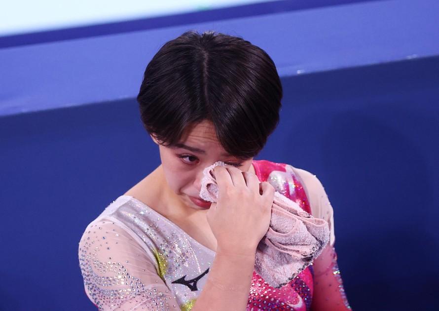 Vận động viên thể dục dụng cụ Murakami Mai rơi nước mắt khi nói về những chỉ trích trên mạng mà cô phải hứng chịu. Ảnh: The Washington Post