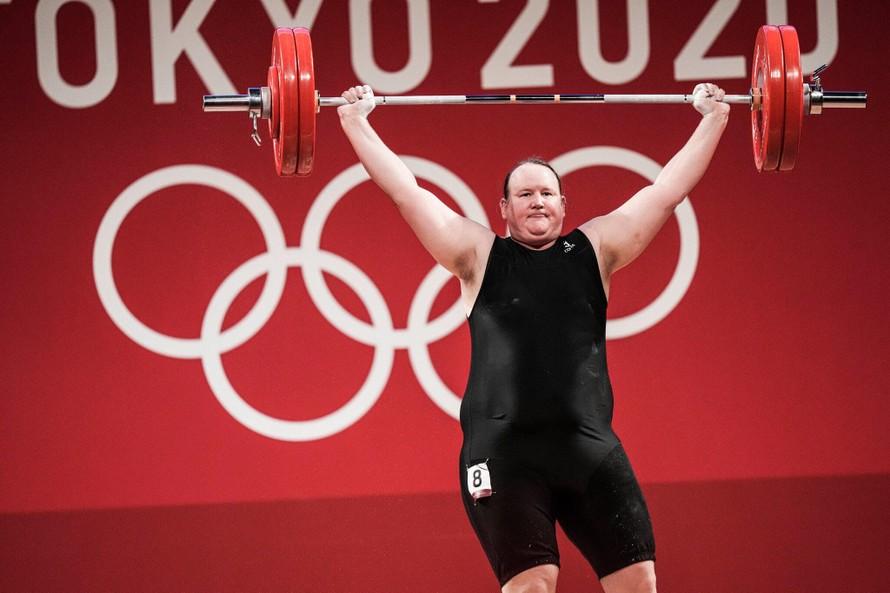 Laurel Hubbard lặng lẽ rời Olympic Tokyo 2020