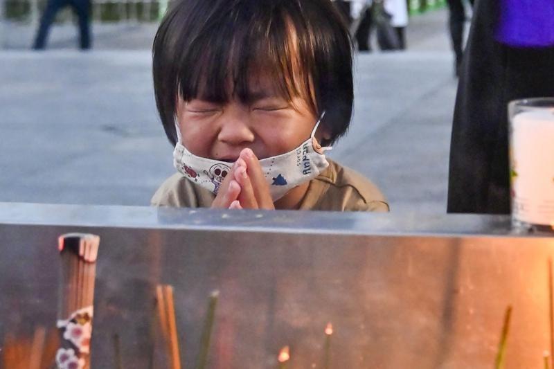Một em nhỏ cầu nguyện trước tượng đài dành riêng cho các nạn nhân của vụ ném bom nguyên tử tại Công viên Tưởng niệm Hòa bình Hiroshima. Ảnh: AP
