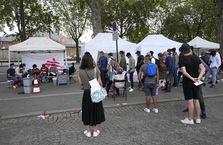 Người dân Paris, Pháp xếp hàng đợi tiêm chủng. Ảnh: AP