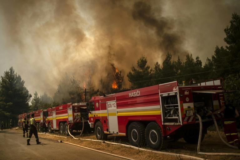 Các đội cứu hỏa Hy Lạp đang cố gắng khống chế hỏa hoạn trên đảo Evia và bán đảo Peloponnese. Ảnh: AFP