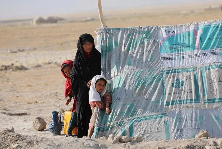 Một phụ nữ cùng con cái trú ẩn tại trại tị nạn ở Mazar-e Sharif, tỉnh Balkh. Ảnh: AP