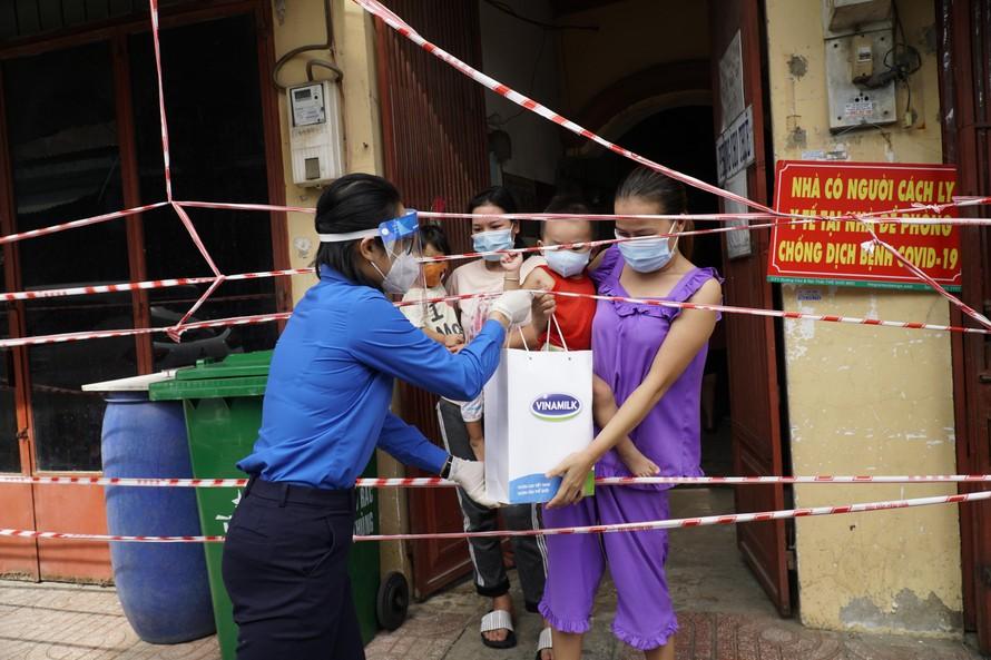 30.000 phần quà đã được Vinamilk trao cho Thành Đoàn TP.HCM để gửi đến người lao động, người dân khó khăn do ảnh hưởng của bệnh dịch trên địa bàn thành phố.