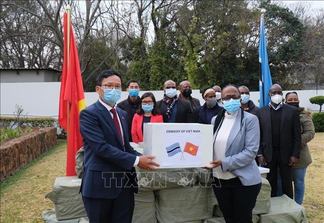Người Việt tại Nam Phi hỗ trợ khẩu trang cho Namibia và Botswana
