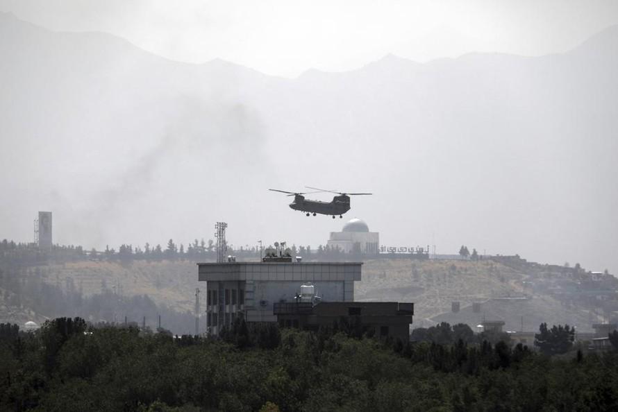 Máy bay trực thăng trên nóc tòa đại sứ quán Mỹ tại Kabul. Ảnh: AP