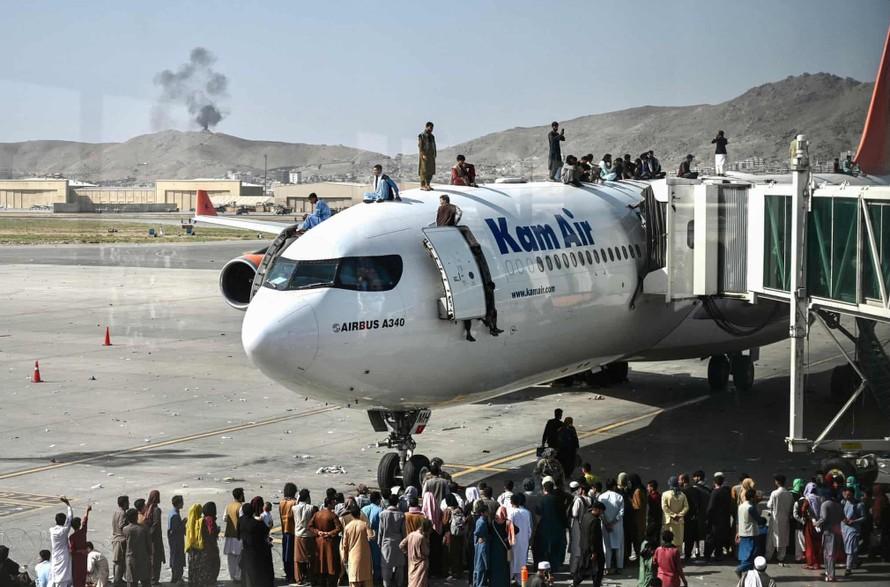Người tị nạn Afghanitan đu bám máy bay