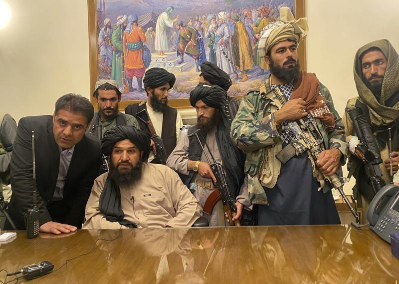 Các tay súng Taliban giành quyền kiểm soát dinh tổng thống Afghanistan sau khi Tổng thống Ashraf Ghani bỏ trốn khỏi đất nước. Ảnh: AP