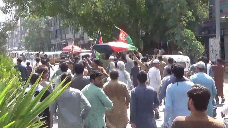 Người dân Afghanistan biểu tình chống Taliban ở Jalalabad. Ảnh: Reuters