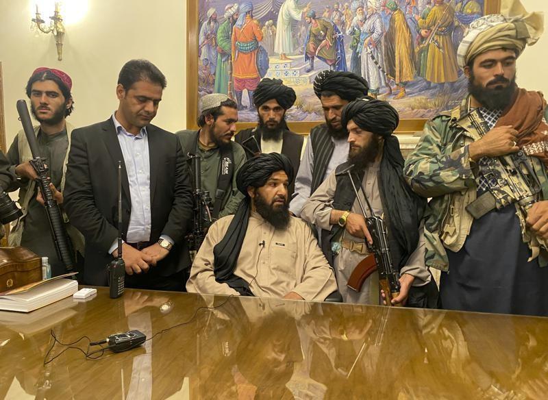 Các tay súng Taliban tại phủ tổng thống Afghanistan ở Kabul. Ảnh: AP
