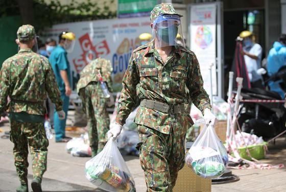 Bộ đội phân phát nhu yếu phẩm cho người dân TP HCM