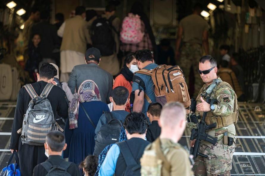 Người tị nạn Afghanistan lên máy bay quân sự của Mỹ. Ảnh: Reuters