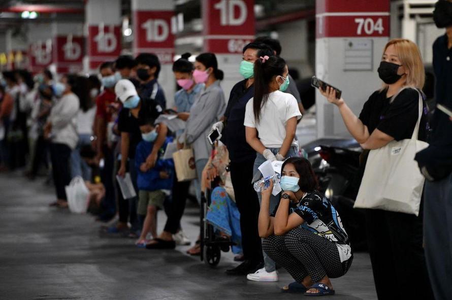 Người dân thủ đô Bangkok của Thái Lan xếp hàng đợi làm xét nghiệm COVID-19. Ảnh: Reuters