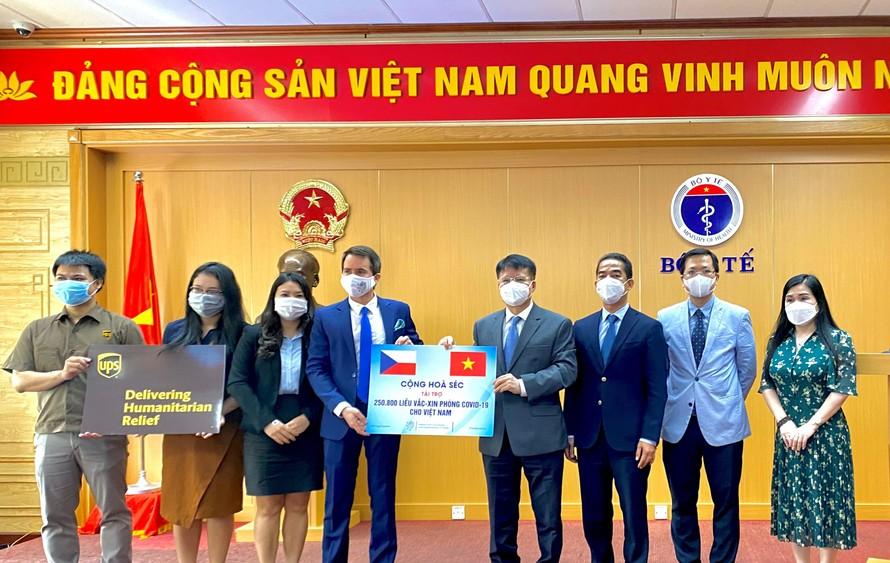 Đại diện của Đại sứ quán Cộng Hòa Séc tại Việt Nam, Bộ Y Tế, và công ty UPS Việt Nam tham dự buổi lễ bàn giao lô vaccine Covid-19 mà Quỹ UPS đã hỗ trợ vận chuyển.