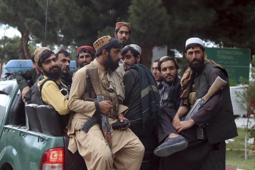 Các tay súng Taliban tiến vào sân bay Hamid Karzai sau khi quân đội Mỹ rời đi. Ảnh: AP