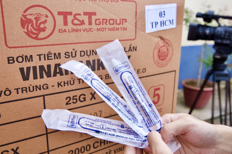 Bơm kim tiêm do T&T Group tài trợ là sản phẩm của Công ty CP thiết bị y tế VINAHANKOOK, được Bộ Y tế cấp giấy chứng nhận chất lượng.