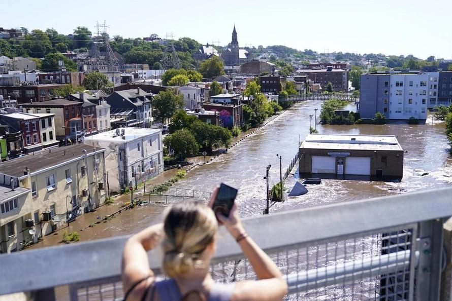 Nước sông tràn vào một khu dân cư tại thành phố Philadelphia, bang Pennsylvania. Ảnh: AP