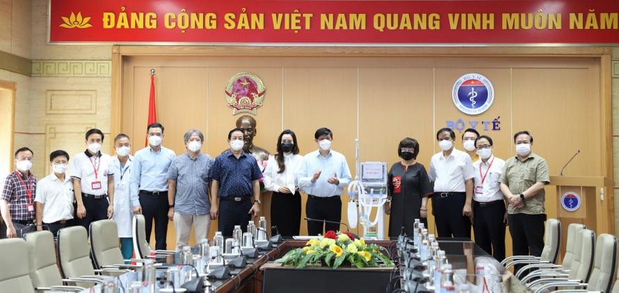 Bộ trưởng Y tế Nguyễn Thanh Long và đại diện các bệnh viện Đại học Y Hà Nội, Việt Đức, Bạch Mai tiếp nhận 34 máy thở chức năng cao do Tập đoàn TH, Ngân hàng TMCP Bắc Á và Quỹ Vì Tầm Vóc Việt trao tặng.