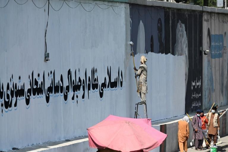 Trong vòng vài tuần sau khi chiếm được Kabul, Taliban đã bắt đầu xóa bỏ nhiều bức tranh tường bằng các khẩu hiệu tuyên truyền. Ảnh: AFP