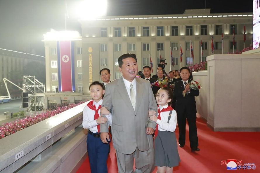 Chủ tịch Kim Jong-un xuất hiện tại lễ kỷ niệm 73 năm quốc khánh tại Quảng trường Kim Nhật Thành ở Bình Nhưỡng, Triều Tiên hôm 9/9. Ảnh: KCNA