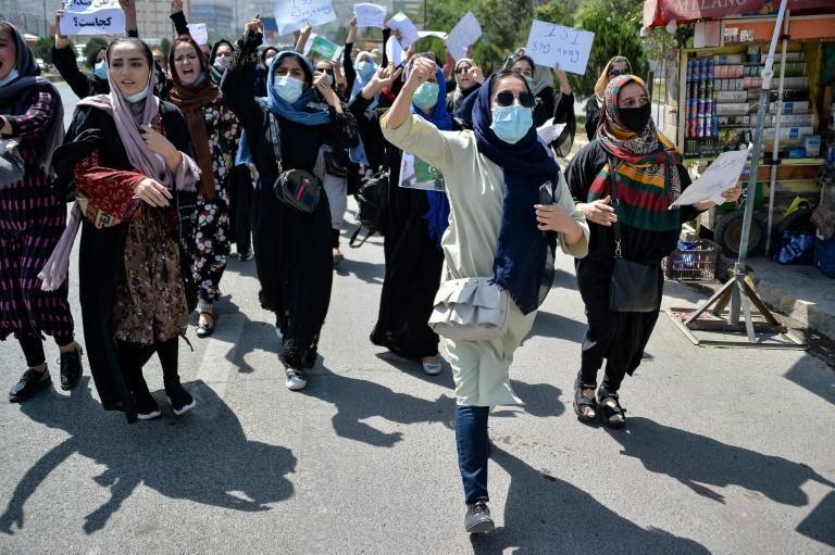 Phụ nữ đã xuống đường biểu tình chống Taliban tại Kabul. Ảnh: AFP