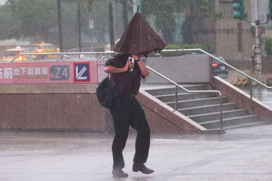 Trung Quốc đóng cửa sân bay, trường học tránh bão Chanthu