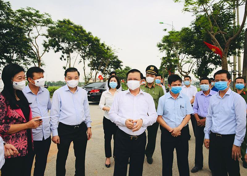 Bí thư Thành ủy Đinh Tiến Dũng và lãnh đạo TP Hà Nội kiểm tra công tác phòng chống dịch. Ảnh: KTĐT