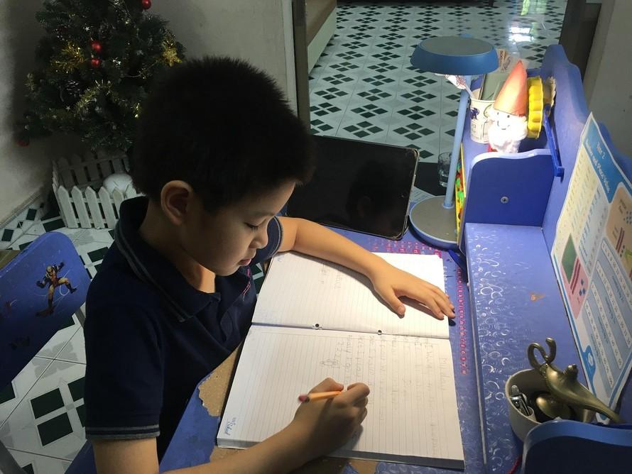 Bé Lê Nguyễn Duy Minh lớp 2L - TH School rất hào hứng với các bài học trực tuyến.