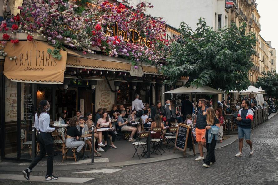 Các quán cà phê nổi tiếng tại Paris chỉ tiếp đón khách hàng được tiêm chủng đầy đủ. Ảnh: NY Times
