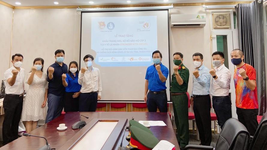 Thành đoàn - Hội Sinh viên Việt Nam thành phố Hà Nội phối hợp với quỹ Stronger with Amser (SAS) của Hiệp hội học sinh Hà Nội - Amsterdam trao tặng các vật phẩm y tế hỗ trợ các tình nguyện viên tham gia chống dịch tại các tỉnh, thành phía Nam.