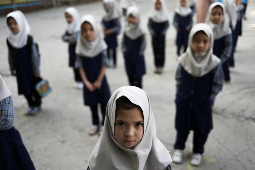 Các nữ sinh tại mộ trường tiểu học ở Kabul. Ảnh: Reuters