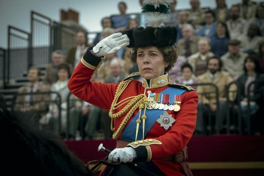Vai diễn Nữ hoàng Elizabeth II giúp Olivia Colman đoạt giải Nữ diễn viên chính xuất sắc nhất phim chính kịch tại lễ trao giải Emmy 2021. Ảnh: AP