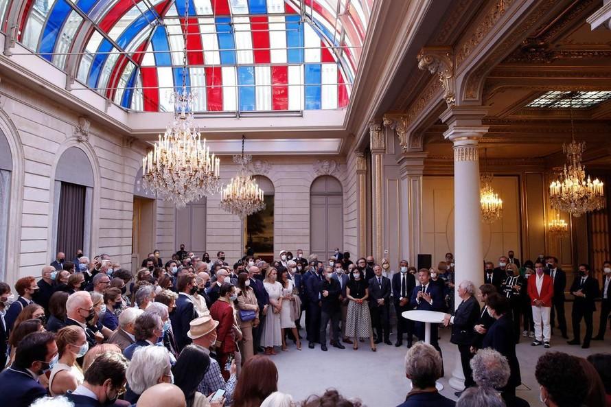 Tổng thống Pháp Emmanuel Macron phát biểu tại ngôi nhà thời thơ ấu của nhà văn Marcel Proust hôm 15/9. Ảnh: Reuters