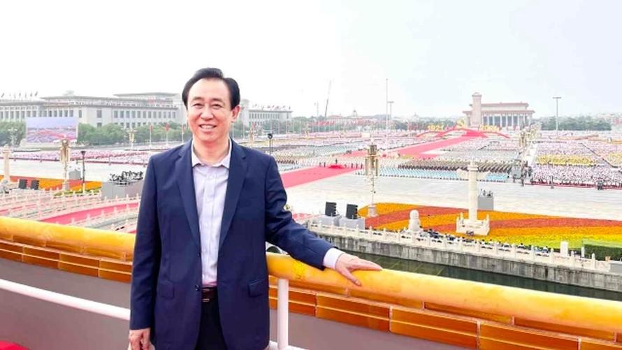 Người sáng lập Evergrande Hứa Gia Ấn chụp ảnh tại Thiên An Môn trong sự kiện kỷ niệm 100 năm thành lập Đảng Cộng sản Trung Quốc. Ảnh: China Evergrande Group