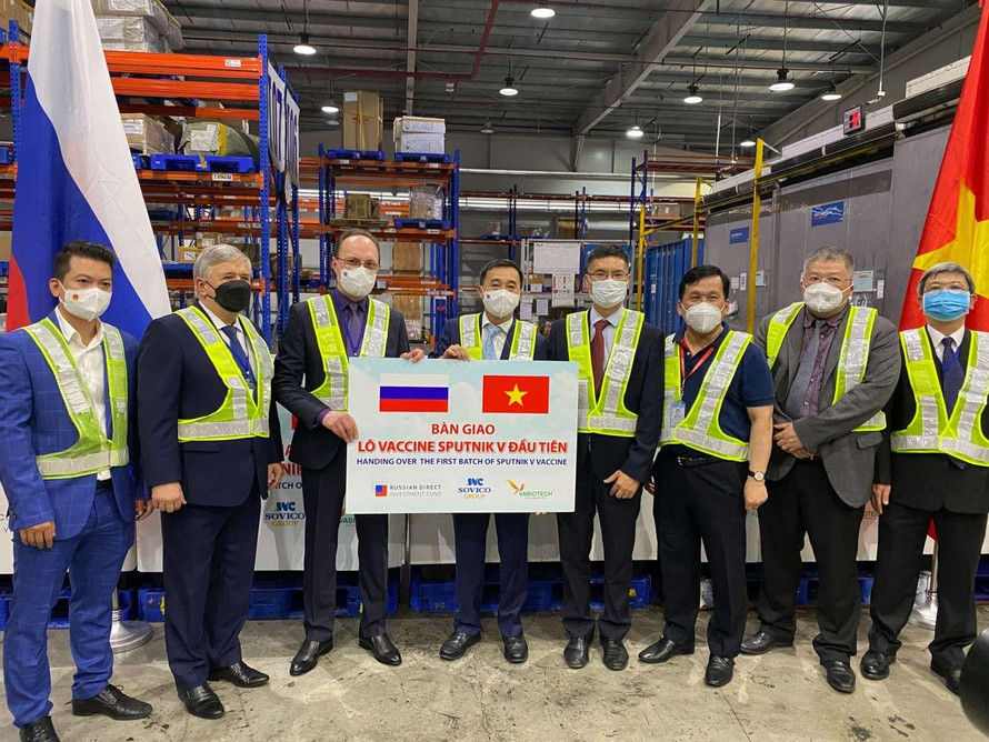 Việt Nam tiếp nhận lô vắc xin Sputnik V