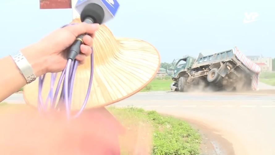 Hi hữu: Phóng viên Đài TH Vĩnh Phúc trực tiếp ghi hình tai nạn