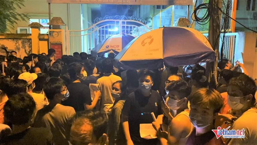 Hàng trăm người tập trung trước điểm tiêm chủng vắc xin Covid-19 ở phường Trung Văn. Ảnh: Vietnamnet