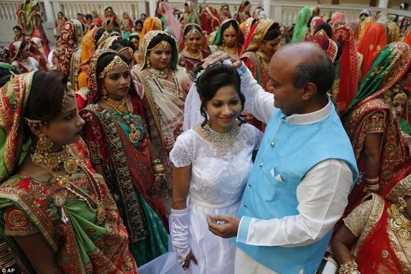 'Ông trùm kim cương' Ấn Độ làm đám cưới tập thể cho hàng trăm cô dâu mồ côi