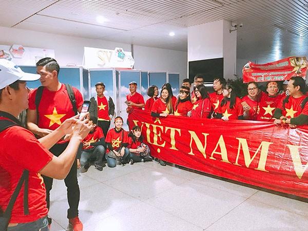 Sao Việt và fan nhuộm đỏ sân bay trước khi lên đường đi cổ vũ U23 Việt Nam